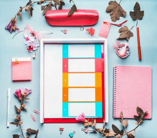 Büro Tisch mit Bürobedarf und Blumen Lifestyle Stil Design Schreibtisch Studium Arbeit & Erwerbstätigkeit Beruf Büroarbeit Business Karriere feminin Mode