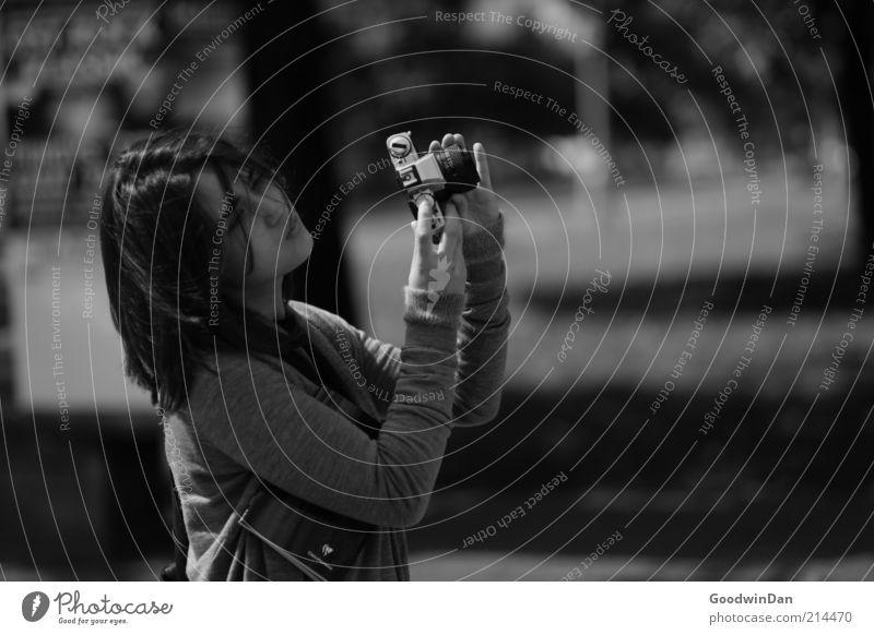 unschlüssig. Mensch Jugendliche schön feminin Gefühle Stimmung Park warten Bekleidung festhalten Fotokamera Pullover langhaarig Junge Frau Fotografieren skeptisch
