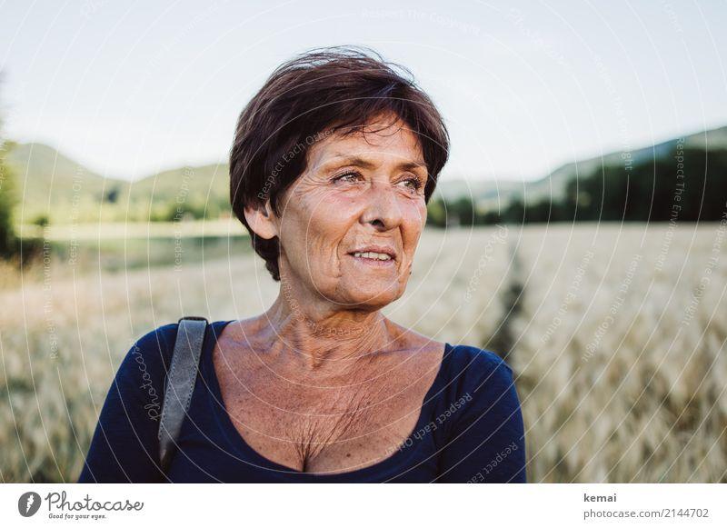 Zufriedenheit Frau Mensch Natur Sommer schön Erholung ruhig Erwachsene Lifestyle Leben Senior feminin Stil Glück Freiheit Ausflug