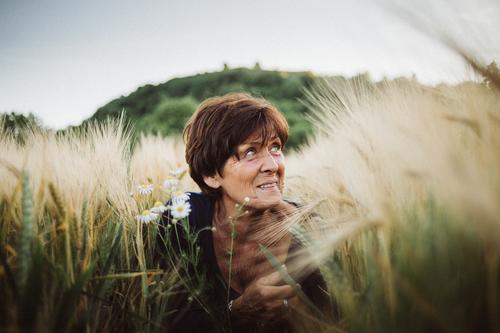 Ins Feld eintauchen Lifestyle Stil harmonisch Wohlgefühl Zufriedenheit Erholung Freizeit & Hobby Spielen Ausflug Freiheit Mensch feminin Weiblicher Senior Frau