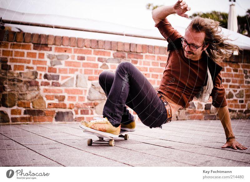 skater Jugendliche Freude Erwachsene Leben Wand Mauer Schuhe Freizeit & Hobby maskulin 18-30 Jahre Coolness Brille fahren Junger Mann Jeanshose Skateboarding