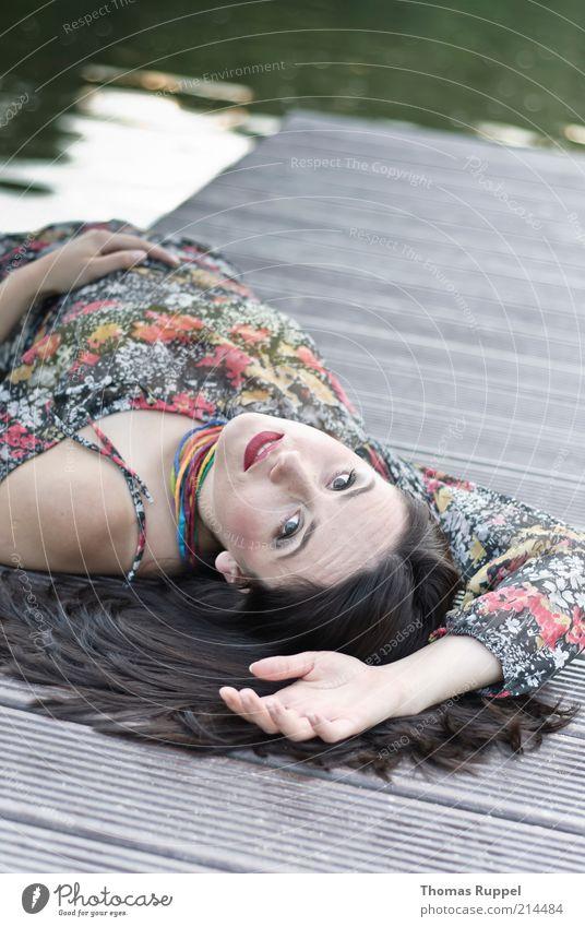 K... Sommer Mensch feminin Junge Frau Jugendliche Erwachsene 1 18-30 Jahre Wasser Wellen Seeufer Flussufer Steg Kleid Haare & Frisuren brünett langhaarig liegen