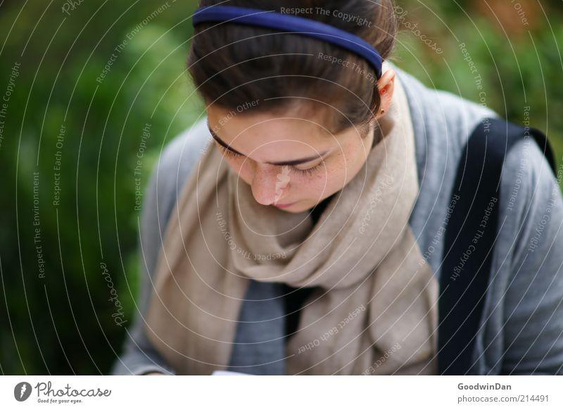 Ich schreibe dir.. III Mensch feminin Junge Frau Jugendliche Erwachsene 1 Mode Bekleidung Pullover Schal Haarreif Haare & Frisuren brünett schön nah Stimmung