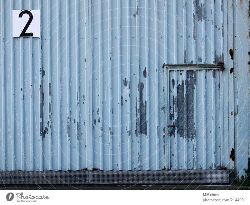 2 Gebäude blau Halle Blech Tür Eingang Schilder & Markierungen Beschilderung Ziffern & Zahlen grau Hangar Farbfoto Außenaufnahme Menschenleer Textfreiraum links
