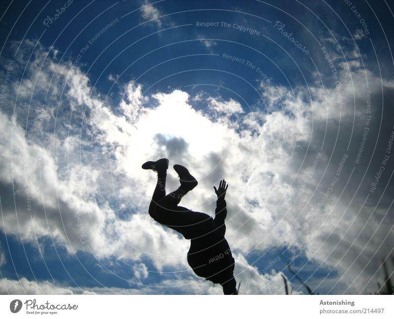 1hand-Stand Mensch Himmel Mann Natur Jugendliche blau Hand weiß Sommer Freude Wolken schwarz Erwachsene dunkel Bewegung Beine