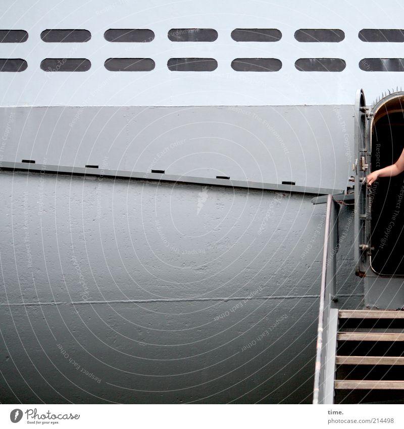 [KI09.1] - Dosenöffner Wasserfahrzeug Marine grau Treppe Hand Tür aufmachen Luke Metall Metallwaren Blech Außenaufnahme Tourismus Schiffsrumpf U-Boot