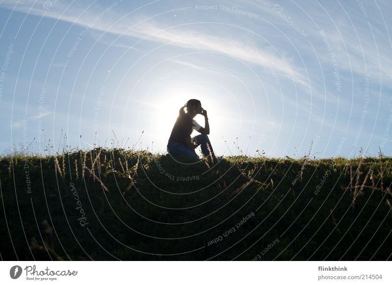 Die Denkerin Sommer Sonne Mensch feminin Junge Frau Jugendliche Erwachsene 1 18-30 Jahre Himmel Schönes Wetter atmen beobachten Denken hocken leuchten sitzen