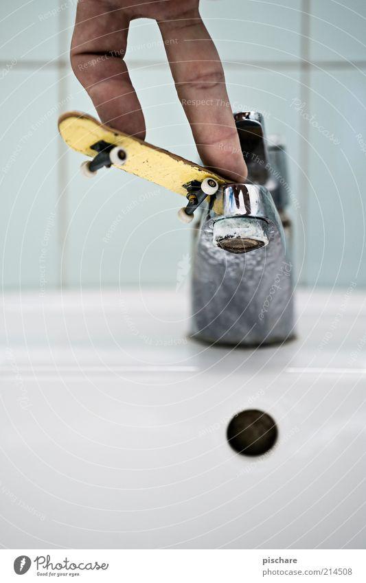 Regenwetter Hand Freude Bewegung Sport lustig Spielen klein außergewöhnlich Freizeit & Hobby Lifestyle Finger Bad sportlich Skateboarding skurril Langeweile