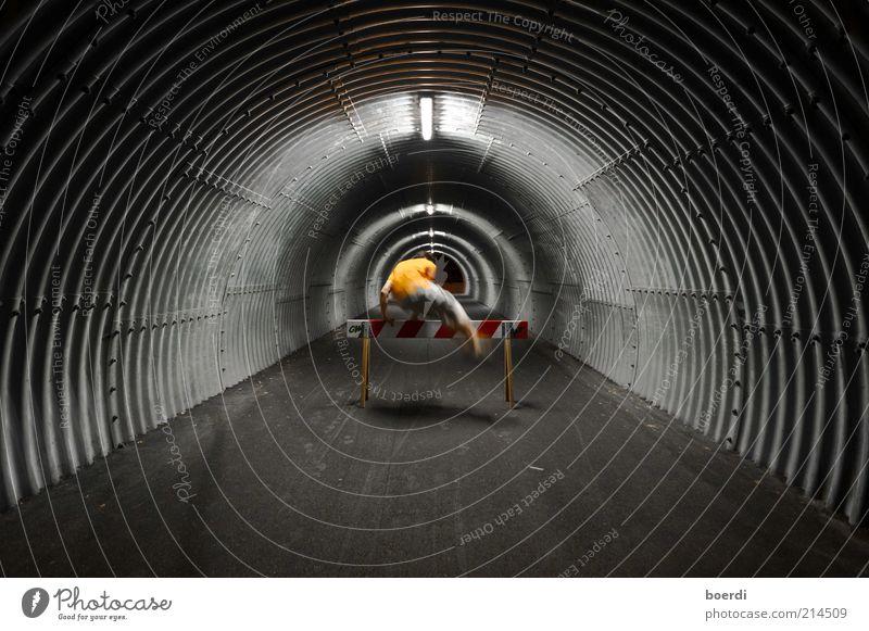 ... eInmal gehts noch! Mensch Erwachsene dunkel Leben oben Bewegung springen Junger Mann Stimmung außergewöhnlich Freizeit & Hobby maskulin Geschwindigkeit sportlich Tunnel Barriere