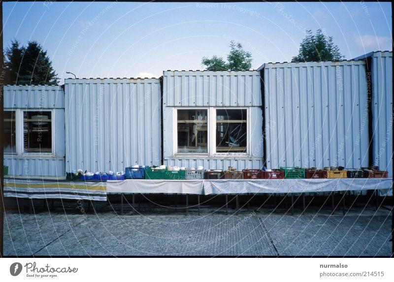 Flohmarkt Freizeit & Hobby Tisch Umwelt Kleinstadt Haus Hütte Fenster Container Sammlung Sammlerstück verkaufen alt Armut authentisch hässlich lang trist