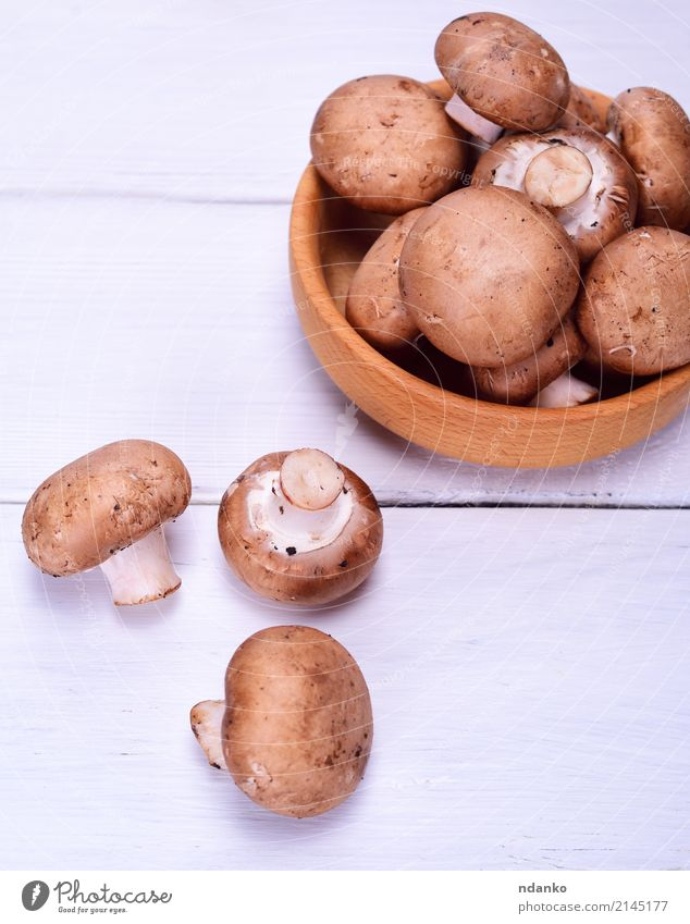 Frischer Champignons Champignon Gemüse Ernährung Essen Vegetarische Ernährung Schalen & Schüsseln Küche Holz frisch braun weiß ganz Top Pilz Gesundheit Messer