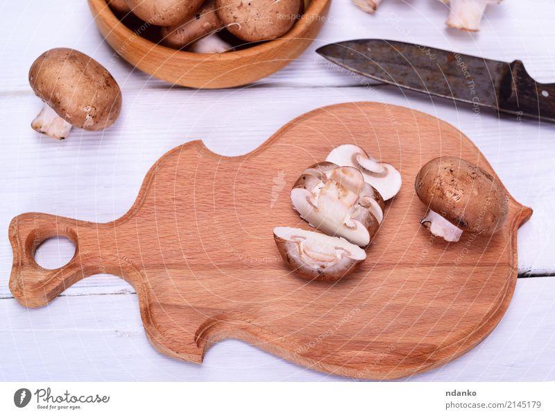 Gehackte frische Pilze weiß Holz braun Küche Gemüse Schalen & Schüsseln Messer Scheibe Top Vegetarische Ernährung roh essbar