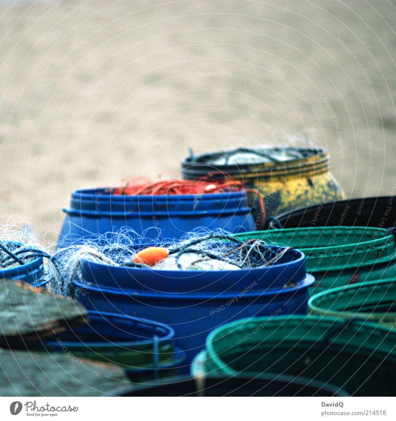 Tonnen Fass Netz Angelschnur blau grün Strand Fischereiwirtschaft Gerät Ordnung sortieren Angeln Fangnetz Farbfoto Außenaufnahme Textfreiraum oben