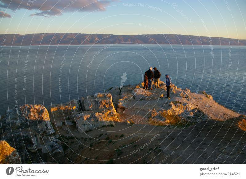 Freiheit. Tourismus Ausflug Mensch maskulin Menschengruppe Umwelt Landschaft Erde Himmel Küste Seeufer Bucht Fjord Gefühle Russland baikal lake baikal baikalsee