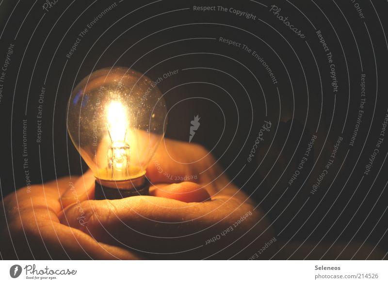 energiegeladen Mensch Hand dunkel Haut Glas Umwelt Energie Finger Energiewirtschaft Technik & Technologie festhalten leuchten Glühbirne glühen Licht Beleuchtung