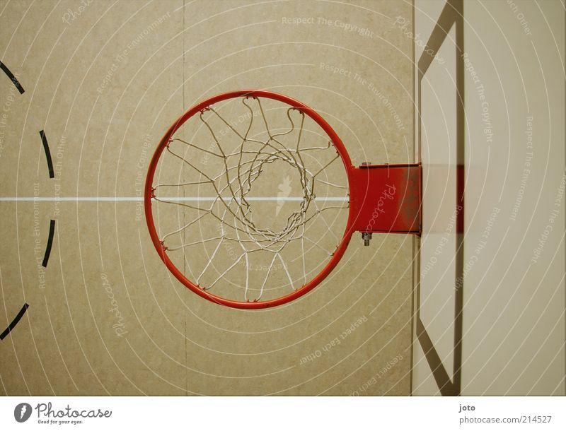 Basketballkorb von oben rot Freude Sport Spielen Linie hell Freizeit & Hobby modern Perspektive Bodenbelag Kreis Netz Halle Unbewohnt Geometrie bewegungslos