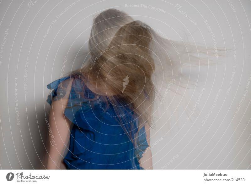 0001 Mensch Jugendliche blau Erwachsene feminin Bewegung Kopf Haare & Frisuren Glück Mode blond Tanzen Arme Haut frei authentisch