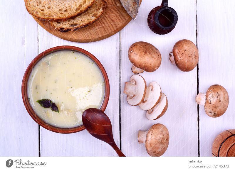 Pilzsuppe mit Champignons Gemüse Brot Suppe Eintopf Abendessen Vegetarische Ernährung Diät Teller Löffel Holz dick frisch heiß oben braun weiß Scheibe