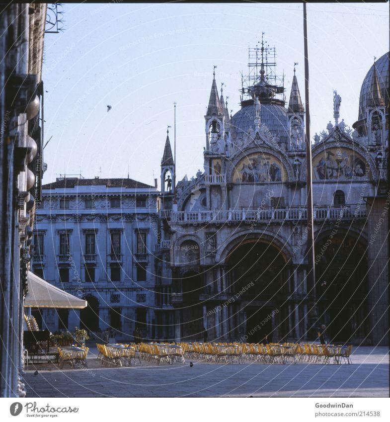 früh. Stadtzentrum Altstadt Bauwerk Gebäude Architektur alt ästhetisch Stimmung Marktplatz Café Farbfoto Außenaufnahme Menschenleer Morgendämmerung Licht