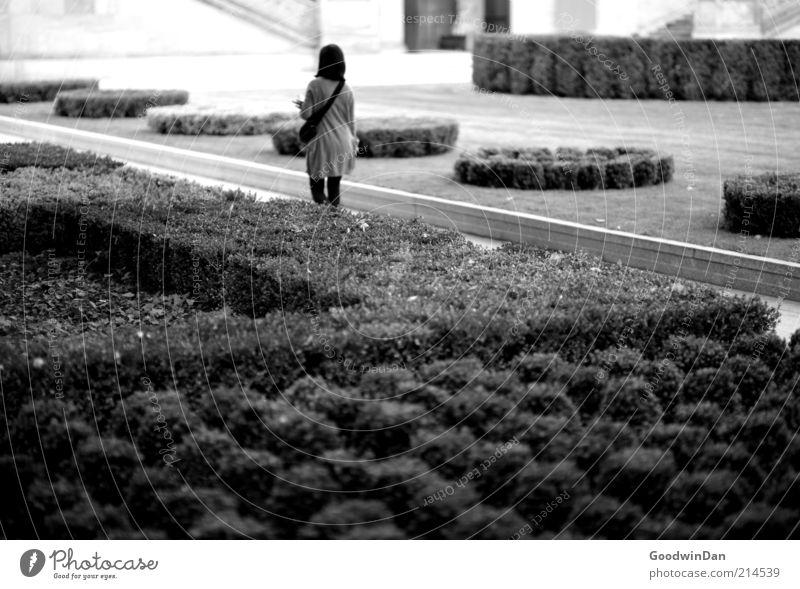 loslassen. Mensch feminin Junge Frau Jugendliche 1 Umwelt Natur Park gehen kalt Gefühle Stimmung Ablehnung ignorieren Schwarzweißfoto Außenaufnahme Tag
