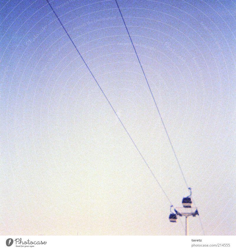Ins Blaue hinein Ferne hoch modern retro Zukunft einfach fantastisch aufsteigen Lomografie minimalistisch Gondellift Fortschritt zielstrebig luftig Experiment Seilbahn