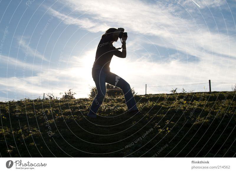 Fotografin in Action Mensch Frau Himmel blau Sonne Wolken Erwachsene Umwelt Landschaft Gras Arbeit & Erwerbstätigkeit Freizeit & Hobby warten stehen Hügel