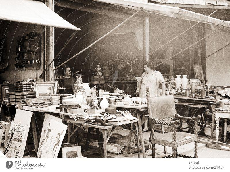 Trödel Paris Flohmarkt Frau sprechen Erwartung verkaufen Vase Europa Bild Porzelan