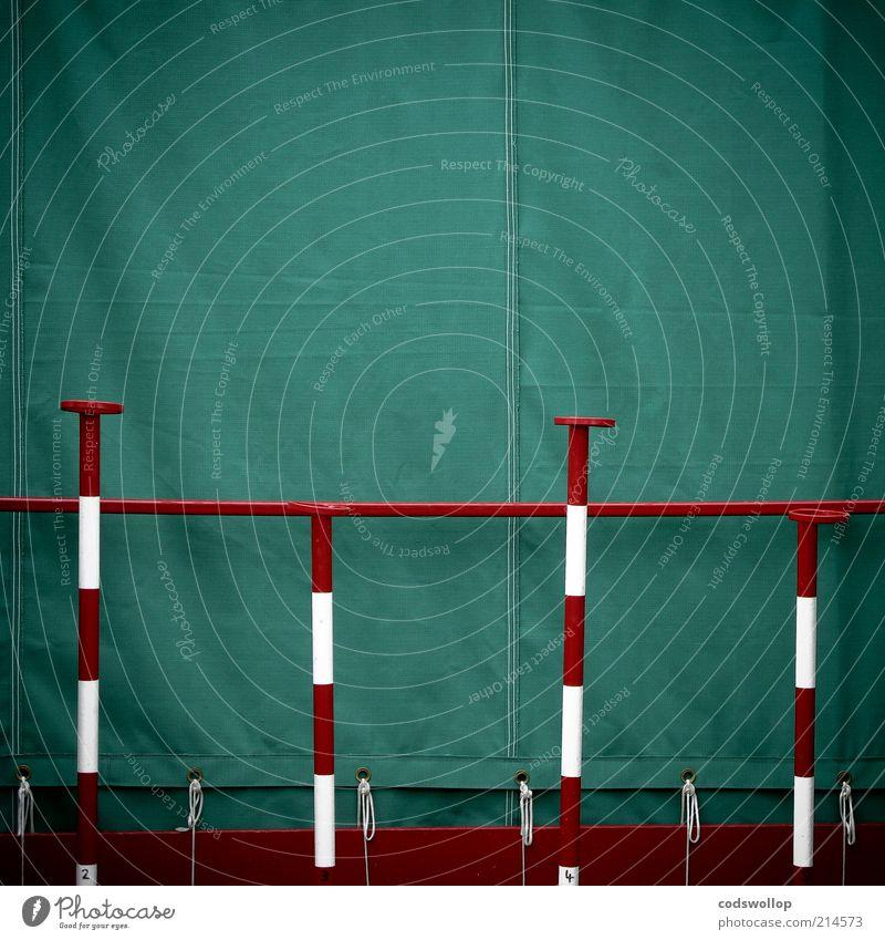 roll a bowl a ball a penny a pitch weiß grün rot geschlossen skurril bizarr vertikal Stab gestreift Schutz Öse Warnfarbe Zeltplane