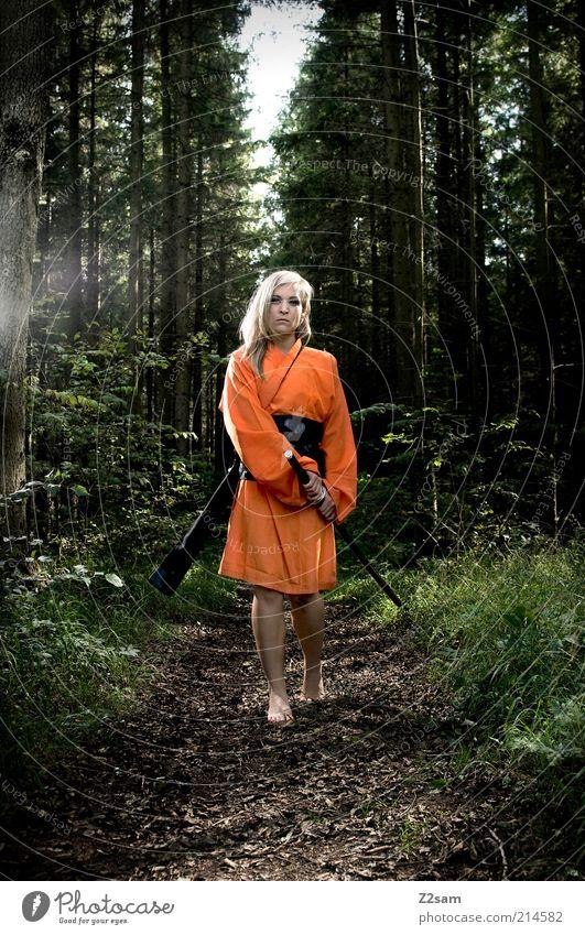 ready to kill bill Mensch Jugendliche Wald dunkel feminin Kraft blond Erwachsene Macht Model stehen bedrohlich Asien Wut gruselig Sport