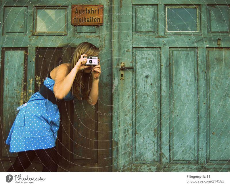 Knipsliesel Mensch Jugendliche blau Erwachsene feminin Junge Frau Stil 18-30 Jahre Körper Tür blond Hinweisschild einzigartig Kleid Neugier Fotokamera