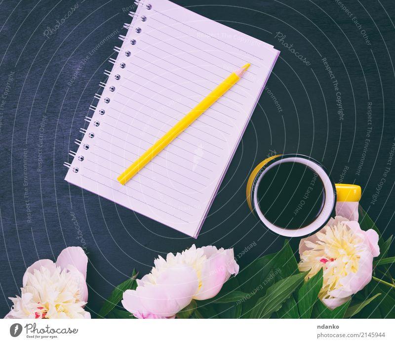 Gelbe Tasse mit Kaffee Kaffeetrinken Getränk Tisch Natur Pflanze Blume Holz heiß hell oben retro gelb rosa schwarz weiß Bleistift Notebook Überstrahlung