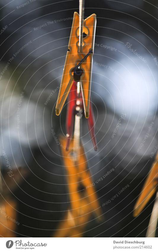 Aufhänger gelb grau Wäscheklammern Befestigung Wäscheleine Seil hängend Luft Farbfoto Außenaufnahme Nahaufnahme Detailaufnahme Tag Kontrast Unschärfe