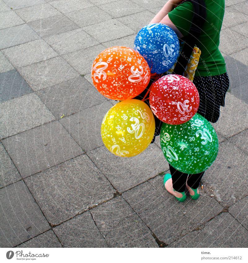 Ein Traum wird wahr* Mensch Frau blau grün rot Freude Farbe gelb Straße Luft orange Feste & Feiern Schuhe warten Geburtstag Geschenk