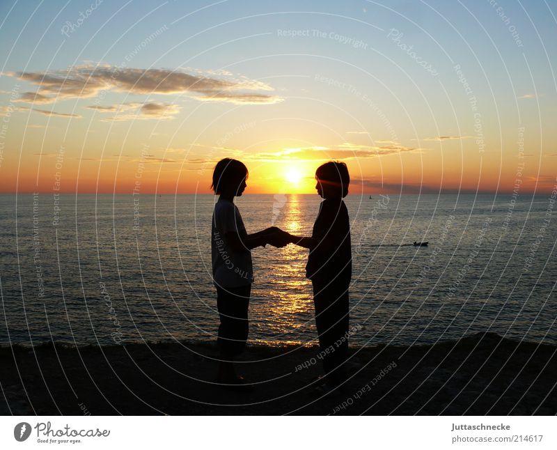 Brother Sun and Sister Moon Mensch Kind Natur Wasser Himmel Sonne Meer Sommer Strand Ferien & Urlaub & Reisen Liebe Wolken Ferne Junge Paar Zusammensein