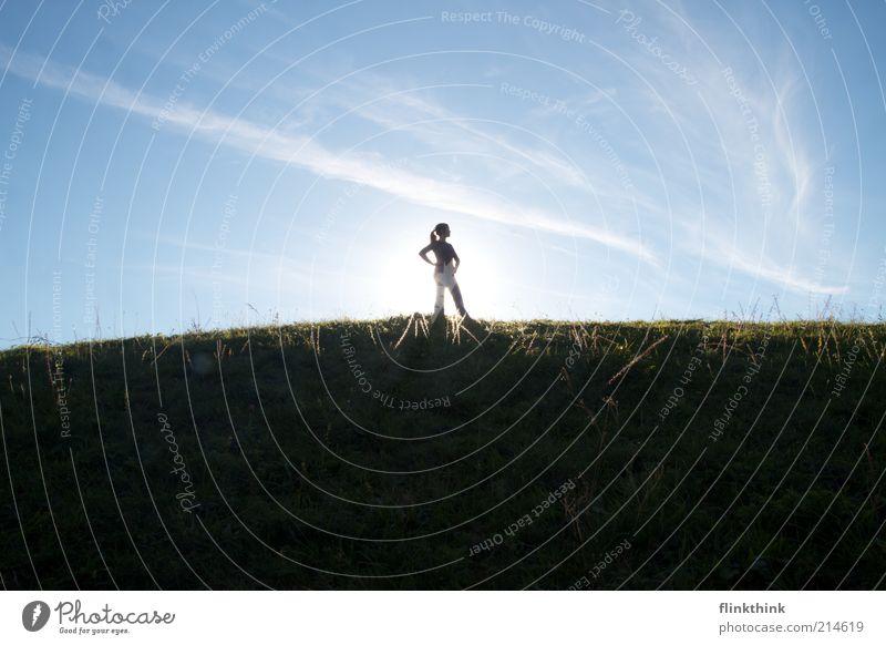 Weitsicht Frau Mensch Jugendliche blau Wolken Einsamkeit Ferne Erholung feminin Gras Haare & Frisuren Denken Landschaft Zufriedenheit Erwachsene elegant