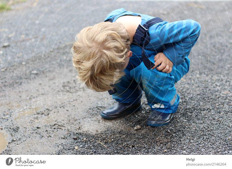 kleiner Junge hockt auf regennassem Weg und schaut nach unten Mensch Kleinkind Kindheit 1 3-8 Jahre Umwelt Natur Sommer schlechtes Wetter Regen T-Shirt