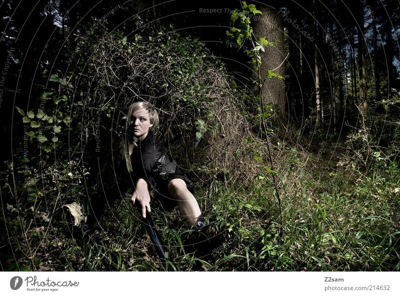 waiting for Bill Jugendliche Erwachsene Wald dunkel feminin Gras blond Junge Frau Kraft 18-30 Jahre Sträucher Macht beobachten Model gruselig Wut