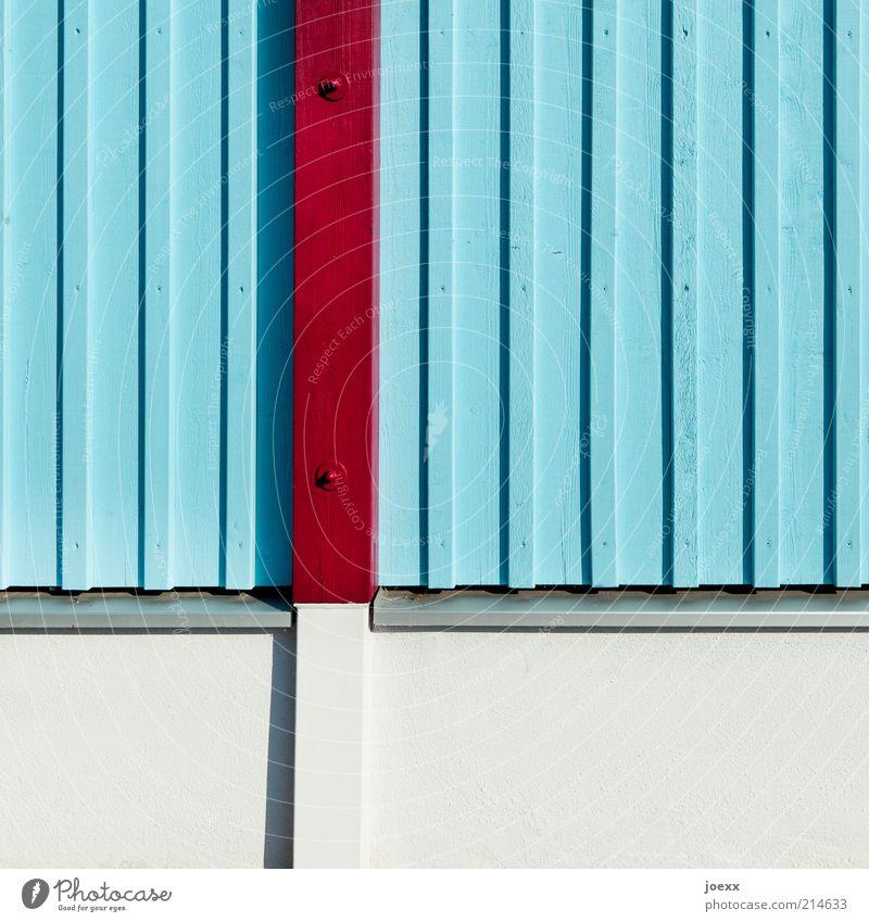 Alles senkrecht Mauer Wand blau braun grau Holz Holzbrett Balken Fundament hell-blau Farbfoto mehrfarbig Außenaufnahme Detailaufnahme Tag vertikal Holzfassade
