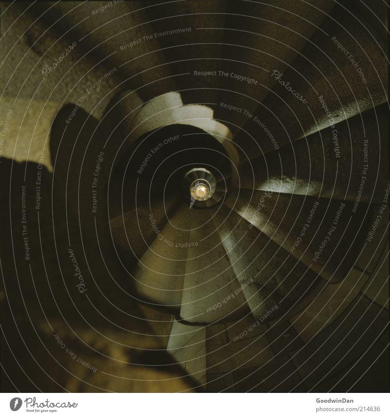 ein Aufzug wäre schön. Menschenleer Bauwerk Gebäude Architektur alt Ferne retro rund tief Wendeltreppe Treppe Turm Farbfoto Innenaufnahme Schwache Tiefenschärfe