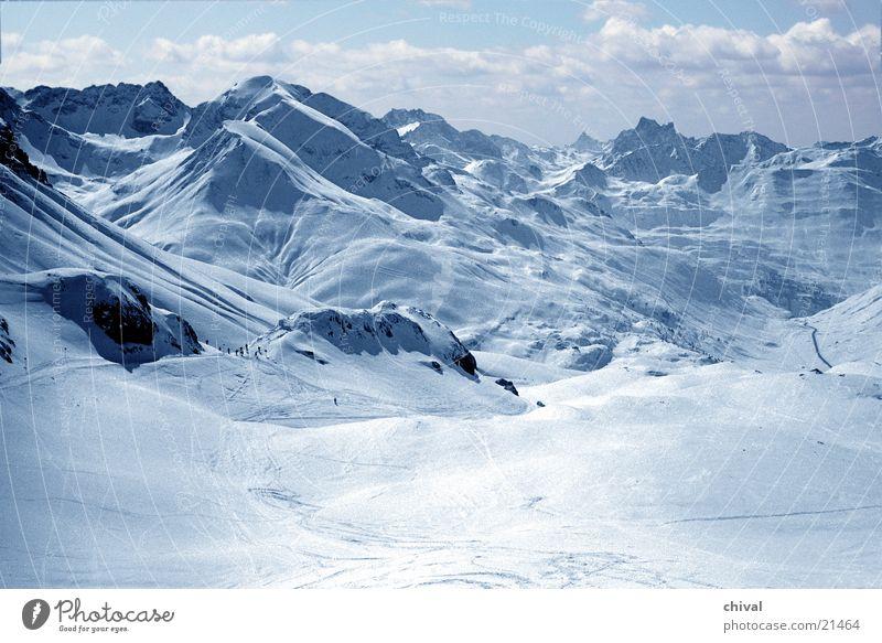 Arlberg Wolken Ferien & Urlaub & Reisen Panorama (Aussicht) Winter Berge u. Gebirge Schnee Sonne Himmel Alpen Ferne Tal Spuren Felsen groß Skipiste Skigebiet