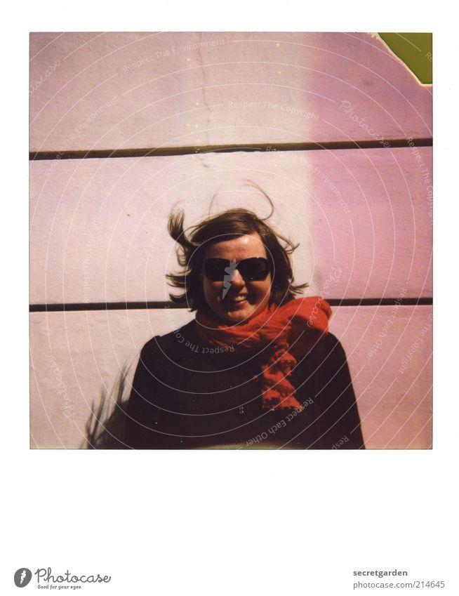 35 Leben Zufriedenheit feminin Junge Frau Jugendliche 1 Mensch Mauer Wand Bekleidung Mantel Sonnenbrille Schal Haare & Frisuren brünett kurzhaarig Stein Linie