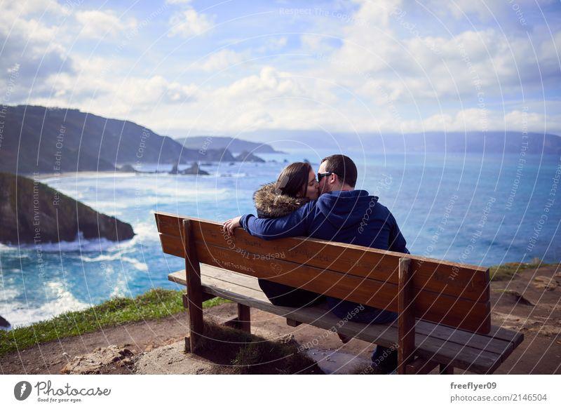 """Ein Paar küsst sich in """"die beste Bank der Welt"""" Mensch Frau Himmel Natur Ferien & Urlaub & Reisen Mann Landschaft Meer Wolken Winter Strand Berge u. Gebirge"""
