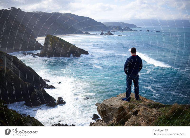 Mann, der den Ozean von einer Klippe betrachtet Ferien & Urlaub & Reisen Tourismus Ausflug Abenteuer Ferne Sightseeing wandern Mensch maskulin Männlicher Senior