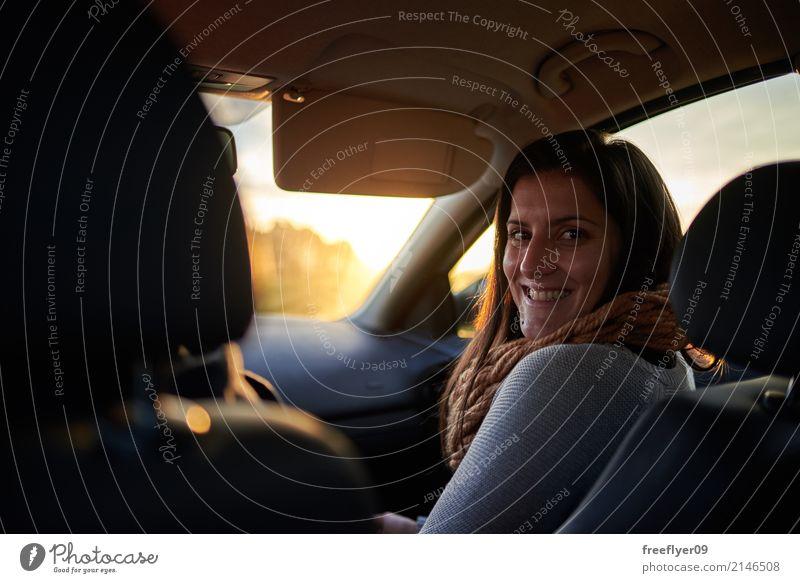 Junge Frau im Vordersitz eines Autos Mensch Ferien & Urlaub & Reisen Jugendliche Freude Ferne 18-30 Jahre Erwachsene gelb feminin Tourismus Freundschaft Ausflug