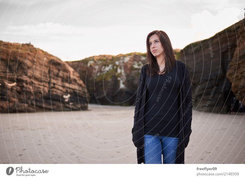 Junge Frau im Strand der Kathedralen Mensch Natur Ferien & Urlaub & Reisen Jugendliche Landschaft Winter 18-30 Jahre Erwachsene Umwelt Herbst Küste feminin