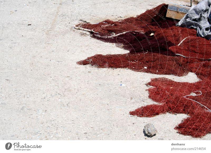 des Fischers Netz Fischernetz Schönes Wetter Beton nass trocken rot Tradition Gedeckte Farben Außenaufnahme Textfreiraum links Tag Kontrast Haufen Menschenleer
