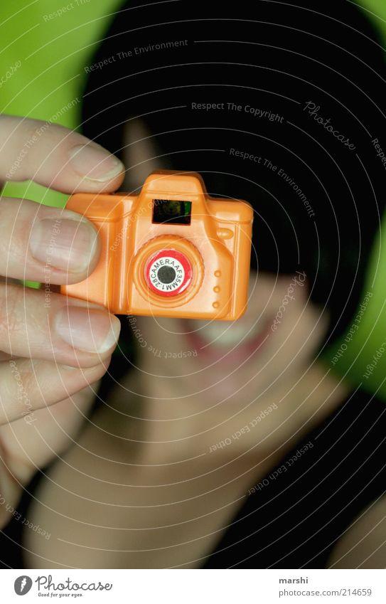 cheeeeeeeeeese Stil Freizeit & Hobby feminin Gesicht Hand Finger klein lustig trashig Fotokamera Fotograf Fotografie Fotografieren Spielzeug orange grün