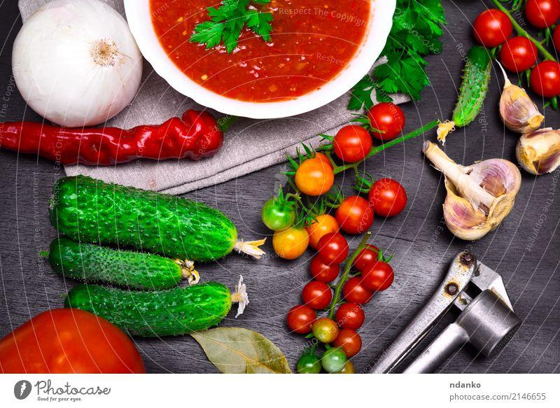 Frische Kirschtomaten und Gurken Gemüse Suppe Eintopf Kräuter & Gewürze Ernährung Mittagessen Abendessen Vegetarische Ernährung Diät Teller Tisch Küche Holz