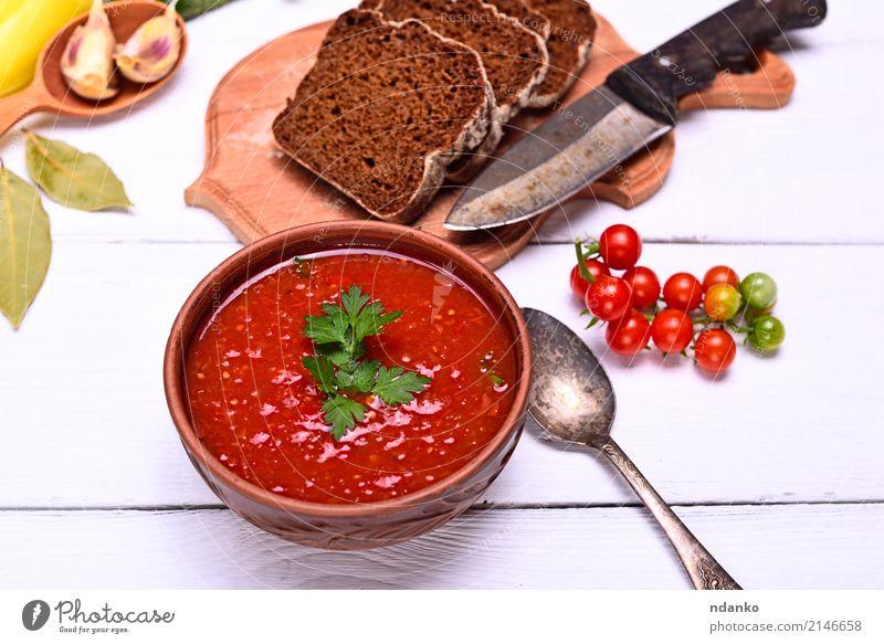 Kalte cremige Gazpacho-Suppe Gemüse Brot Eintopf Kräuter & Gewürze Ernährung Mittagessen Abendessen Vegetarische Ernährung Diät Teller Löffel Tisch Küche Holz