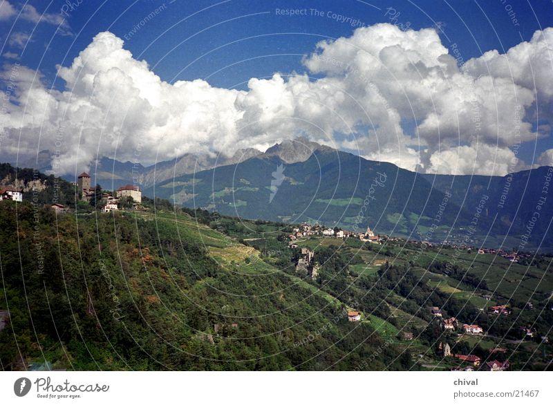 Dorf Tirol Südtirol Wolken Panorama (Aussicht) Kumulus Berge u. Gebirge Alpen Gewitter Burg oder Schloss groß